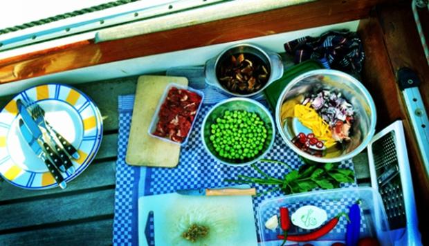 Kochen auf Deck. Segeln, Kochen Proviant