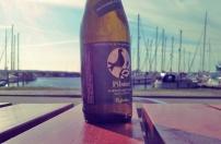 Blick auf den Hafen mit lokalem Bier