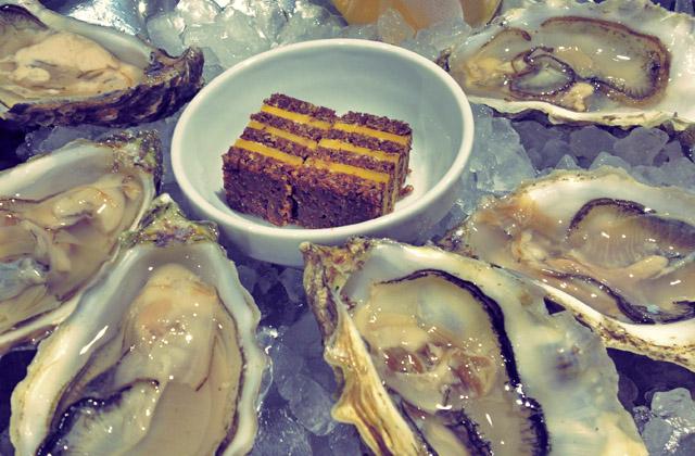 Austern Essen beim Segeln