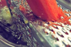 Möhren raspeln DIY Brühe