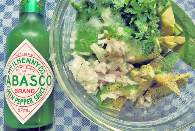 Guacamole alle zutaten und grünes Tabasco