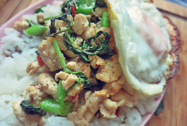 Pad Krapao mit Ei on top