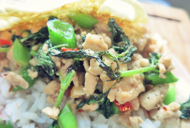 Pad Krapao close up fertig mit Ei