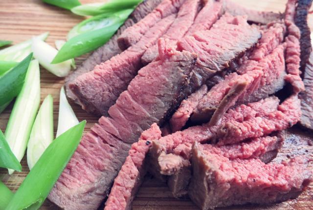 Yam Nua Fleisch gebraten in Scheiben