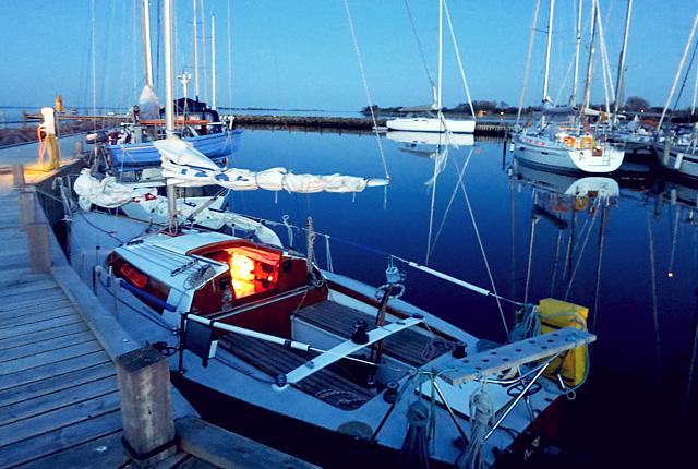 Kleine Yacht Flaute auf Avernakö im Hafen