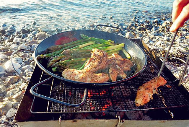 Bordküche ist Strandküche Avernakø Paellapfanne auf Grill Spargel und