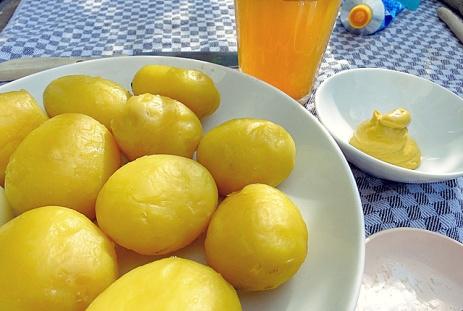 Bord-Rezept: Kartoffel geschält in Abendsonne