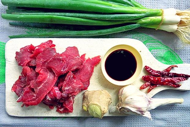 Kochen an Bord: Steak Mongolisch alle Zutaten auf Brett
