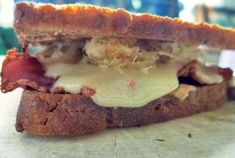 Kochen an Bord: Rezept Reuben Sandwich gestapelt