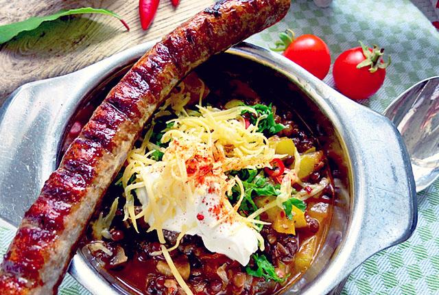Kochen an Bord: Chili sin Carne mit Merguez und Käse