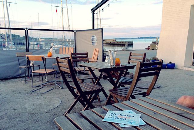 Hafenkneipen mit Postkarte Pesto