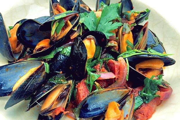 Kochen an Bord: Miesmuscheln mit Chorizo und Kräutern