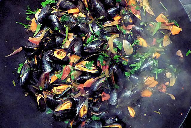 Bordküche: Miesmuscheln Bouchot im Wok, fertig