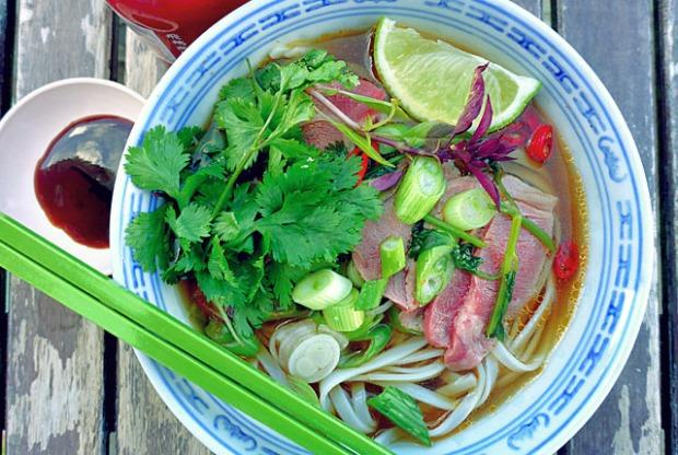 Bordküche: schnelle Pho Bo mit Hoisin und Sri Racha Sauce