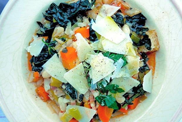 Bordküche: Bohnenentopf Ribollita mit Parmesan