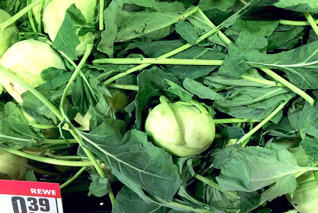 Kohlrabi richtig einkaufen: Mit grünen Blättern