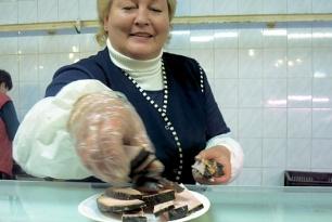 Probierhappen Räucherfleisch im Zentralmarkt von Riga