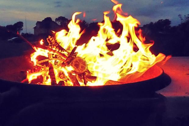 Grillschale mit Feuer. Was kochen beim Segeln?