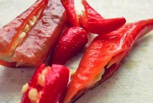 Bordküche: Rote Chilis gestoßen und geschnitten
