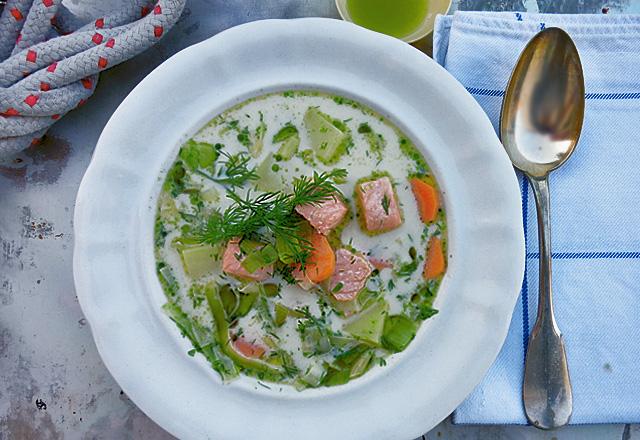 Lohikeitto Lachssuppe Finnland auf Teller mit Löffel