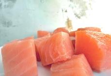 Lachswürfel für Lohikeitto Kochen an Bord