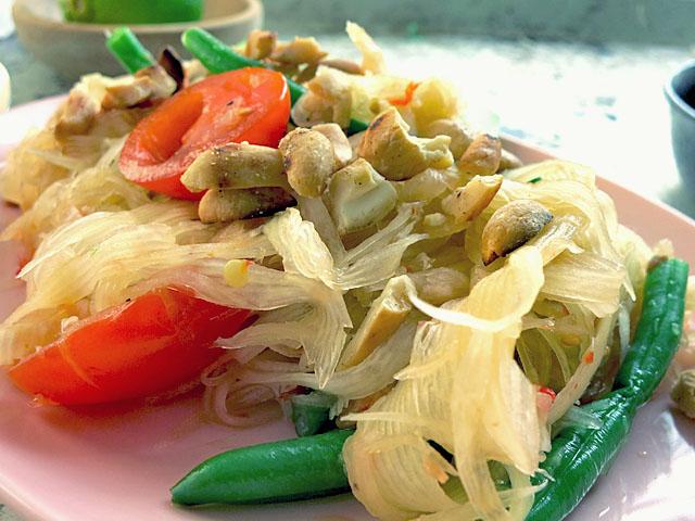 Som Tam Thai mit Erdnüssen
