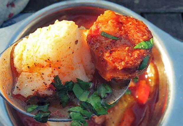 Skrei und Chorizo auf Löffel Fischsuppe