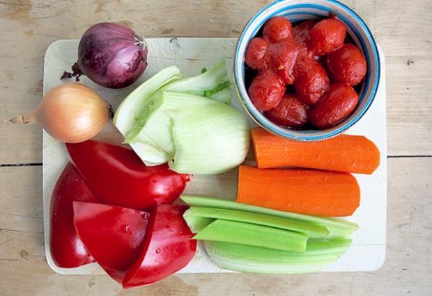 Gemüsezutaten für Fischsuppe mit Skrei