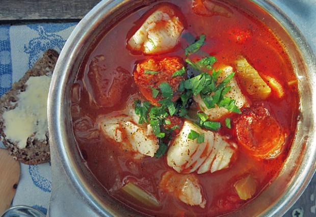 Norwegische Fischsuppe mit Skrei und Chorizo und Gemüse