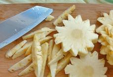Ananas schneiden, Dornen entfernen