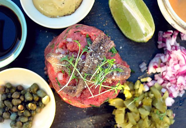 Serviervorschlag mit Anchovis Beef tatar