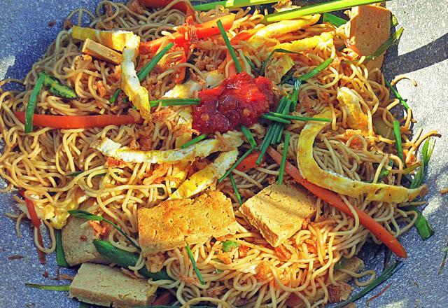 Bami Goreng Vegetarisch in Wok Pfanne