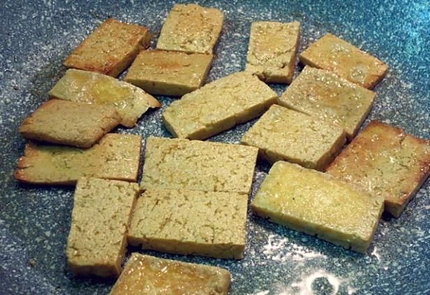 Bami Goreng vegetarisch: Tofu braten im Wok