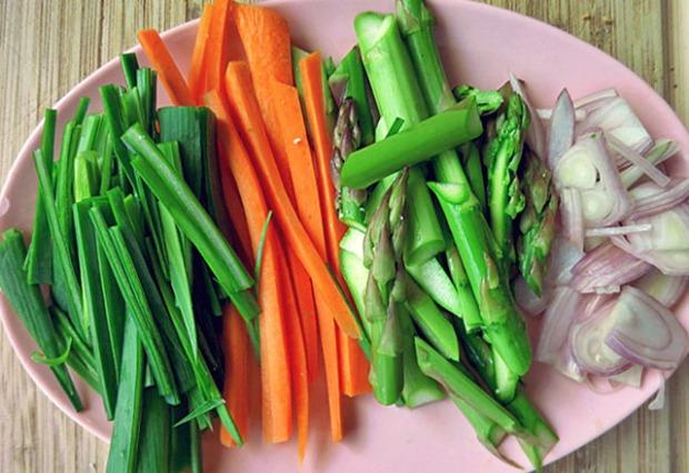 Gemüse für Bami Goreng auf Platte
