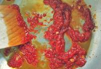 Tomarkmark und Knoblauch anschwitzen