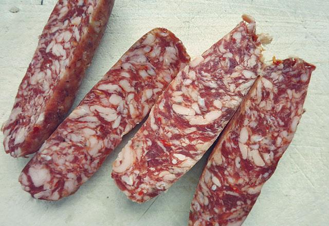 Chorizo halbiert auf Brett mit Messer