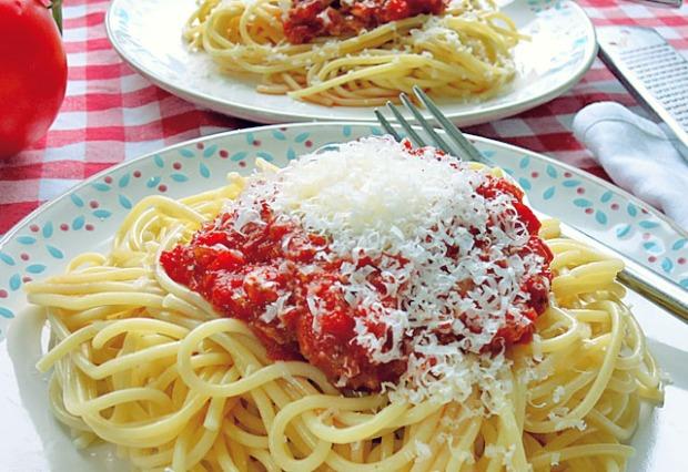 Kinderteller: Nudeln mit Tomatensauce Käse. Sieht nach Miracoli aus