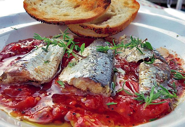 Schnelles Bordrezept: Ölsardinen auf Tomate