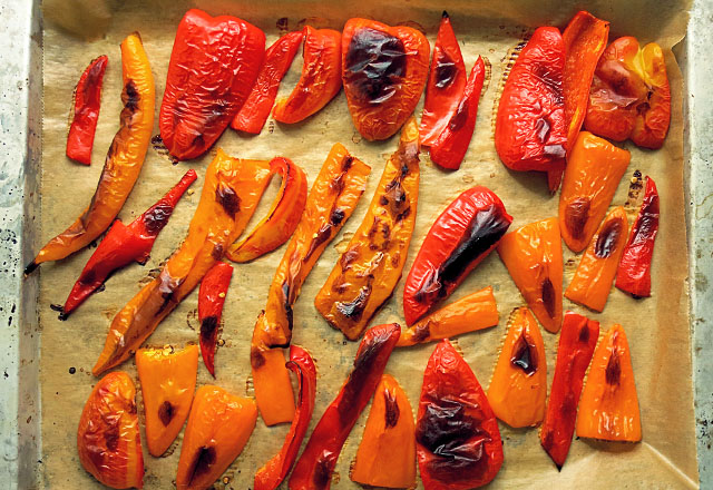 geröstete rote und gelbe Paprika aus dem Ofen
