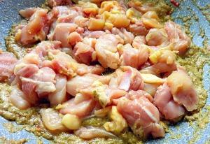 Gelbes Curry mit Huehnchen in Wok