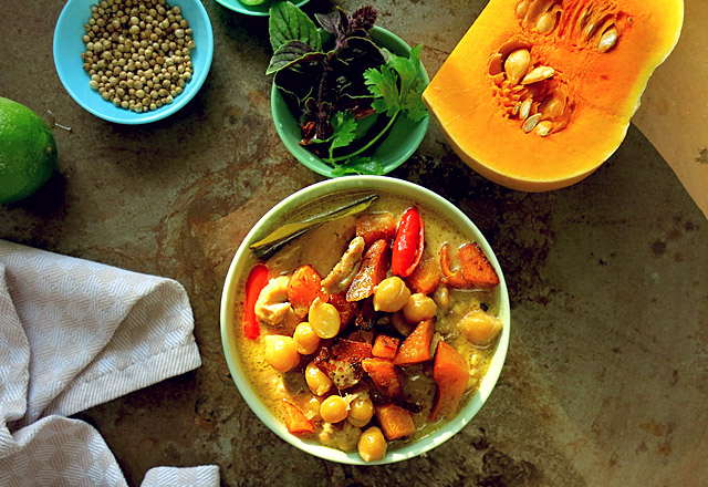 Die See kocht gelbes Thai Curry mit Kürbis