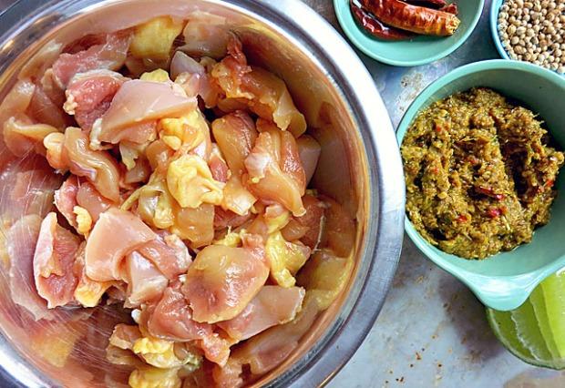 Hühnerkeulen und Zutaten Gaeng Kari