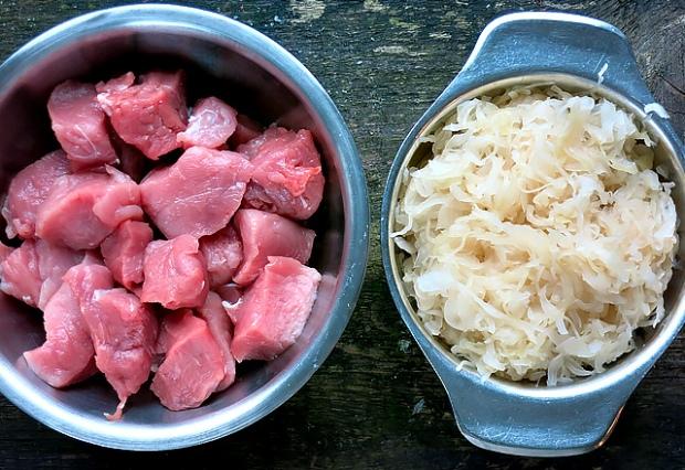 Fleisch und Sauerkraut fuer Szegediner Gulasch