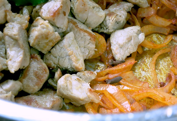 Szegediner Gulasch Fleisch Zwiebeln gebraten