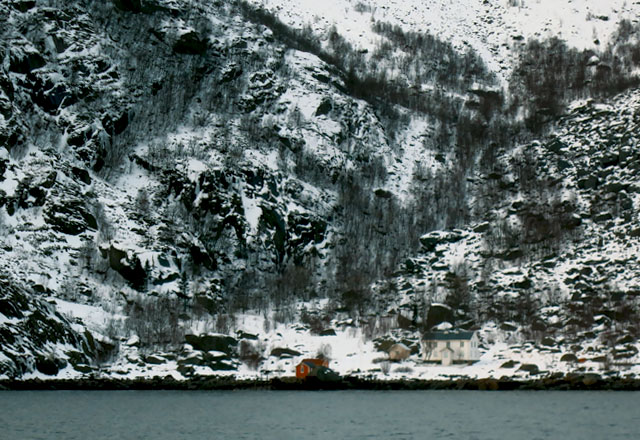 Lofoten Bucht bei Henningsvaer rotes Haus
