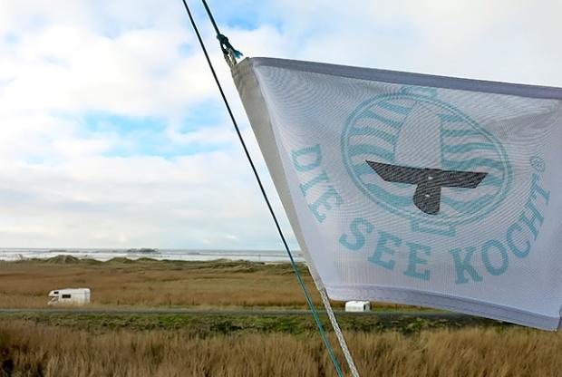 Die See kocht Flagge Sankt Peter Strand