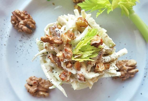 Waldorf Salat mit Walnüssen lecker angerichtet