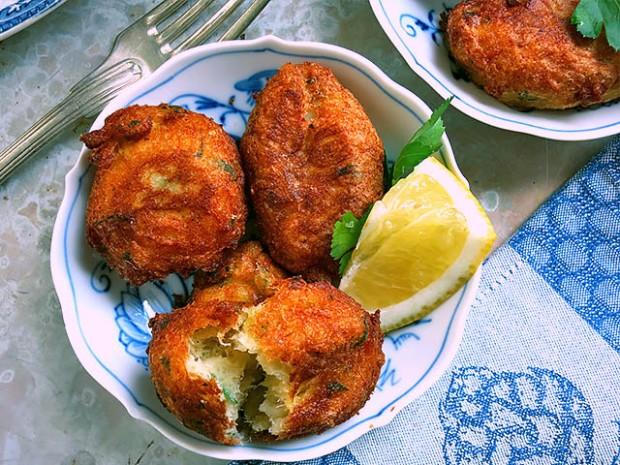 Bolinhos mit Stockfisch auf Tellerchen