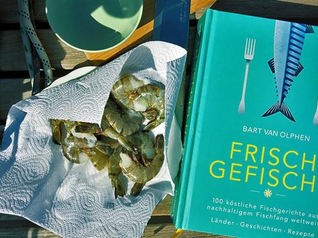 Frisch Gefischt Kochbuch an Deck mit Shrimps
