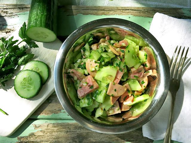 Die See kocht Wurstsalat mit Sülze und Gurke